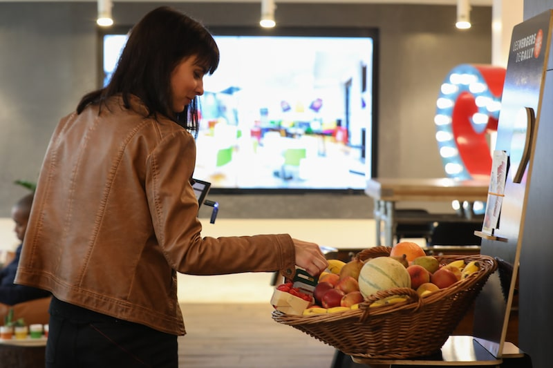 Corbeille de fruits disposée sur son lieu de travail